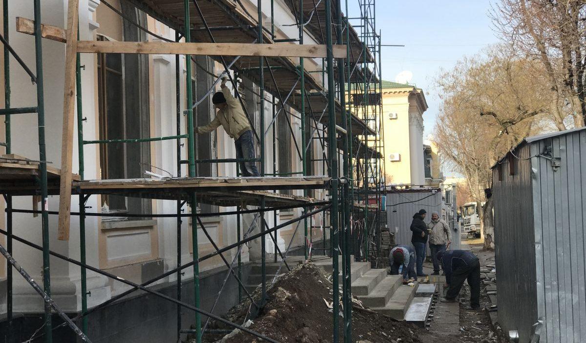 Сотрудники Дирекции проинспектировали ход реставрационных работ в здании Дворянского собрания